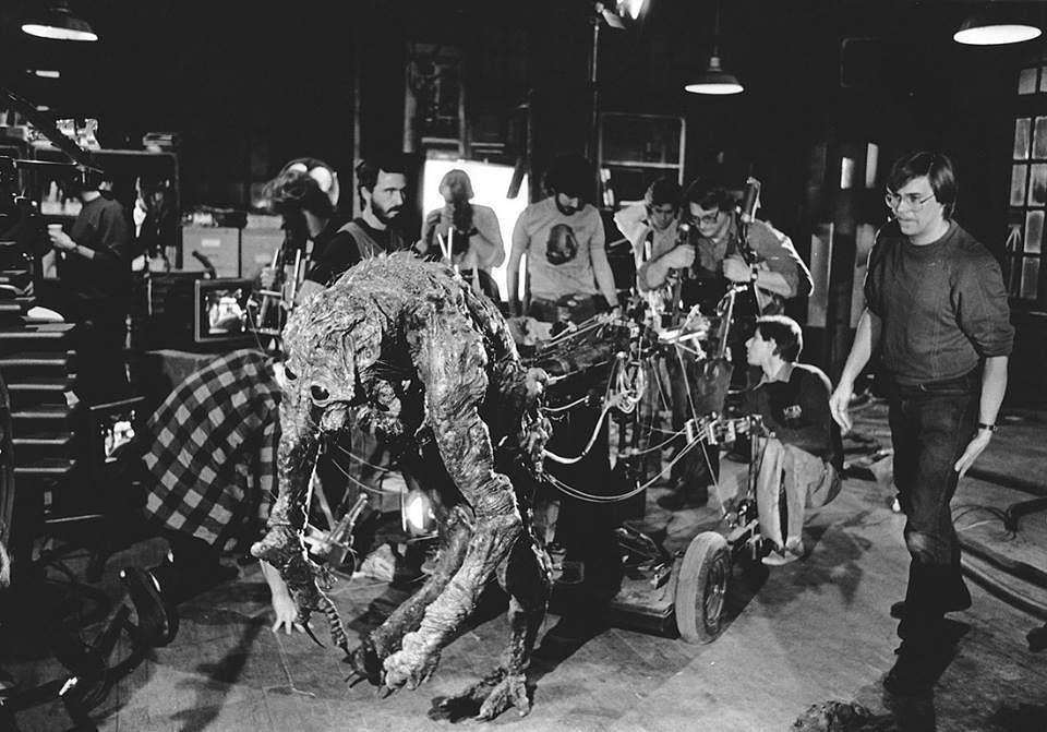 David Cronenberg en el rodaje del Clasico de #TheFly (1986) #Instacine #instahorror #cinedeculto#horrormovie #thefly #SiguemeYTeSigoYa  https://www.instagram.com/p/B7UX6NxHGKq/?igshid=1didqphzth612…pic.twitter.com/RELz3jrtqy
