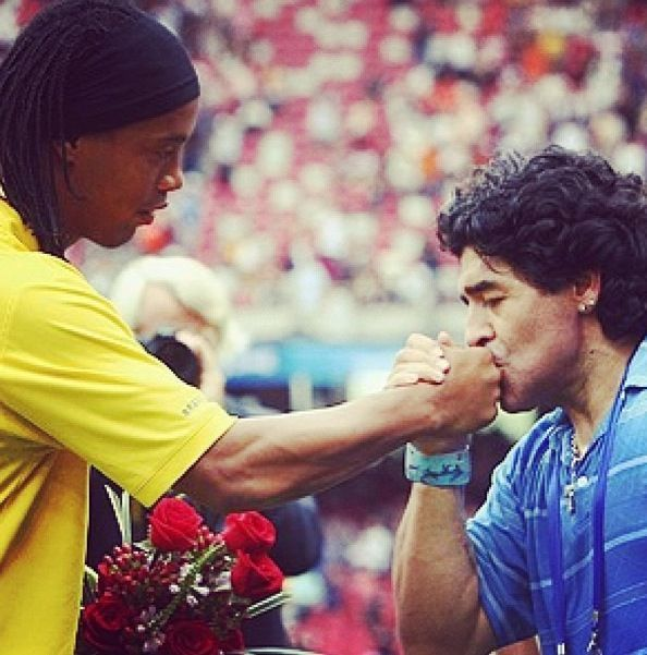 So much magic in one picture #footballretro #footbalretroco #footballretroaustralia #retro #soccer #socceraustralia  #futbolretro #photooftheday #instafutbol #instagood #soccerlife #motivation #fact #inspiration #futbol #Maradona #Diego #Argentina #Ronaldinho #Brazil #kiss #magicpic.twitter.com/hLJ0hX6SnN