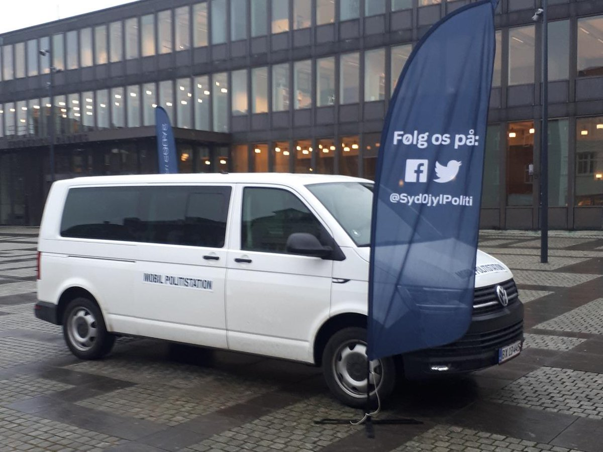 Er du løbet tør for gode ideer til vinterferien, så tag et smut til gågaden i Kolding. Der kan du møde os med den mobile politistation i dag kl. 12.00-14.00 #politidk https://t.co/N1Sl6RNLWQ