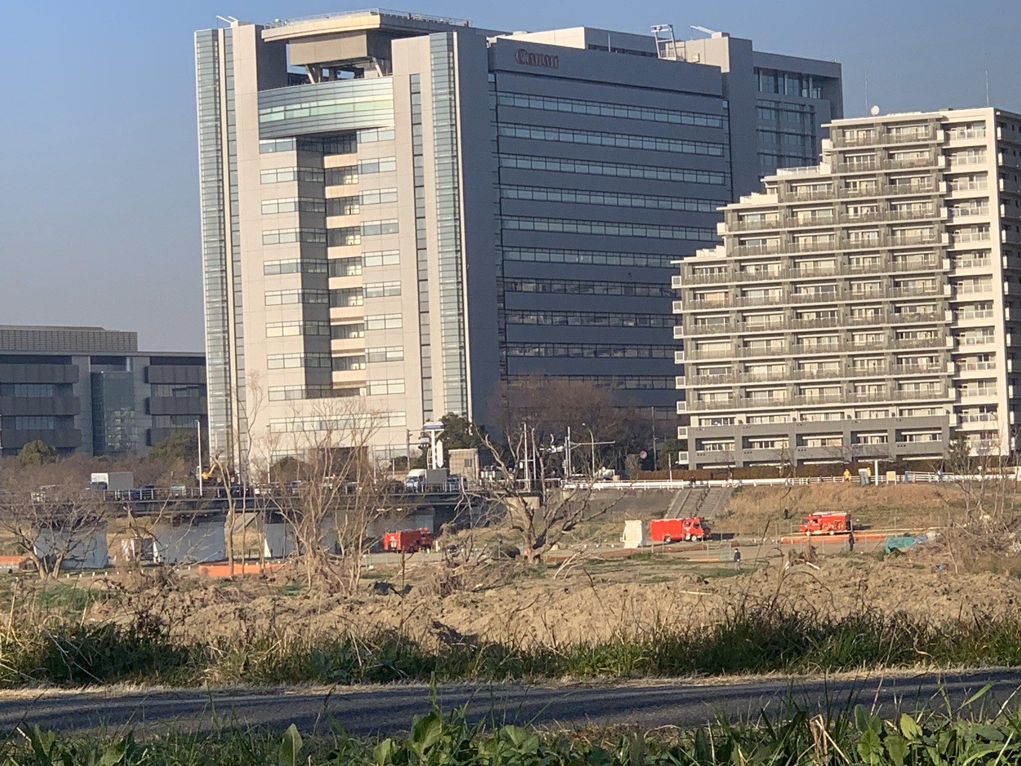 大田区のガス橋に緊急車両が集結している画像