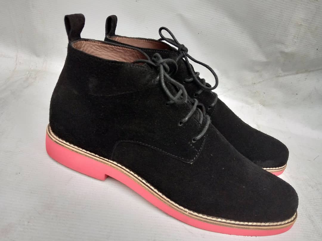 Chukka boot in black suede.   #chukkaboots #blackshoes #bespoke #bespokeshoes #classic #casual #wedding #weddingshoes #naijawedding #nigerianwedding #gentlemenstyle #gentleman #menwithstyle #menswear #mensfashion #fashionformen pic.twitter.com/Z4yFBlUhgE