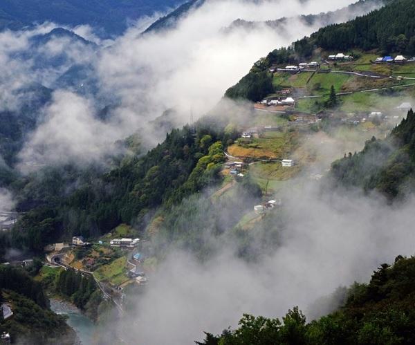 【Facebook】 #にし阿波 地域は8割以上が山林で、雑穀、 #そば #いも などを生産しています。山の斜面にはりついた独特の高地傾斜集落は #桃源郷 と呼ぶにふさわしい美しさです。#SAVORJAPAN #農泊 #徳島 https://www.facebook.com/maffjapanpic.twitter.com/PwnDvzInga
