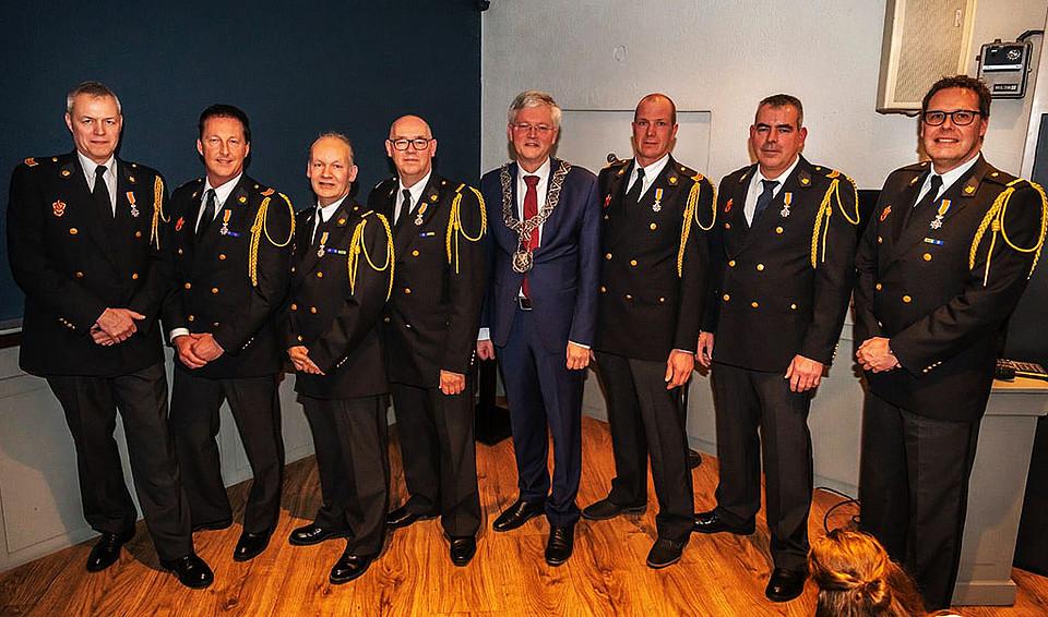 | Zeven leden van de vrijwillige #brandweer uit Berkel-Enschot, Moergestel en Tilburg hebben zaterdag een Koninklijke #onderscheiding ontvangen. Ze werden benoemd tot Lid in de Orde van Oranje Nassau! #berkelenschot #moergestel #tilburg #heldenpic.twitter.com/cisMkdgloK