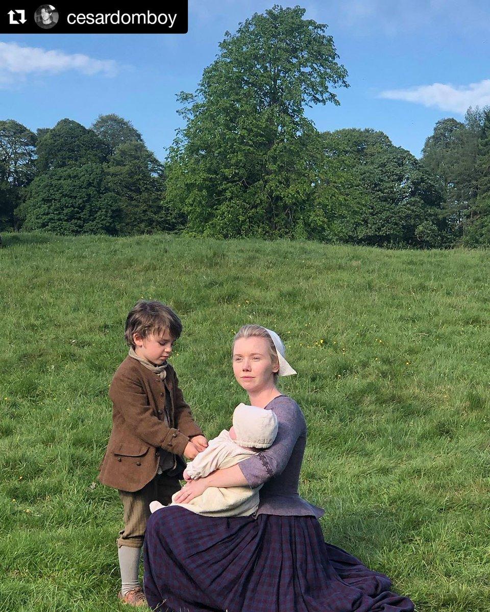 Germain, Joan e Marsali, quanto amor em uma foto 😭😍💜 #Repost @CesarDomboy #Outlander #Outlander5 #fersali #laurenlyle #marsalifraser #fergusfraser #fraser