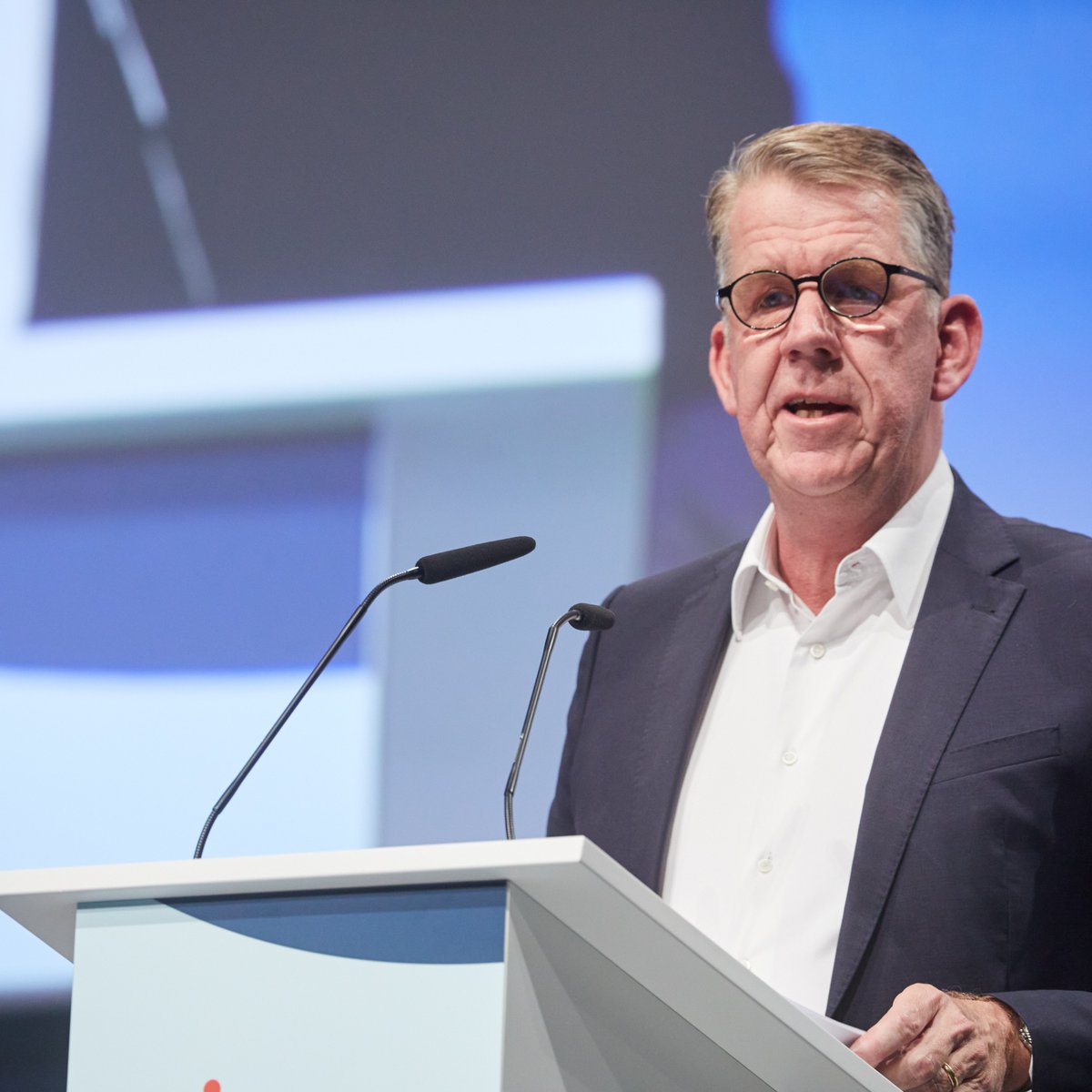 TUI supports #hydrogen as a solution to the global #CO2 problem 🌱🌍 »This requires a global solution and innovation. Hydrogen can play a crucial role as a long-term substitute for fossil fuels.« Fritz Joussen, CEO TUI Group, at the #TUIAGM this week. https://t.co/Jg9AZEVBxA
