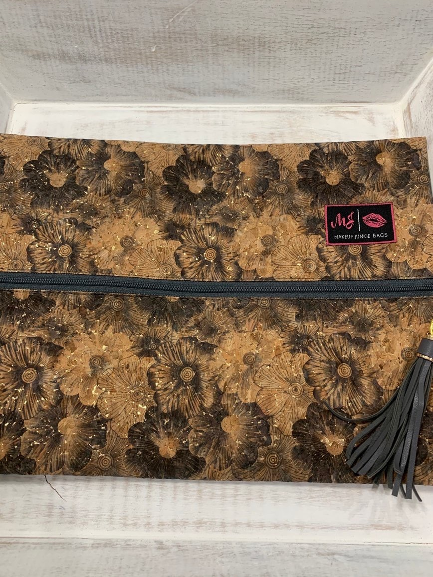 Makeup Junkie's Petunia bag is literally made with a stunning cork cover! You'll LOVE it!  Shop http://corahcouture.com.  #boutique #mobileBoutique #MobileBoutiques #boutiqueshopping #MakeupJunkieBags #MakeupJunkie #CorahCoutureBoutique #fashionstyle #fashion #style #fashionistapic.twitter.com/a5Je2mgi3T