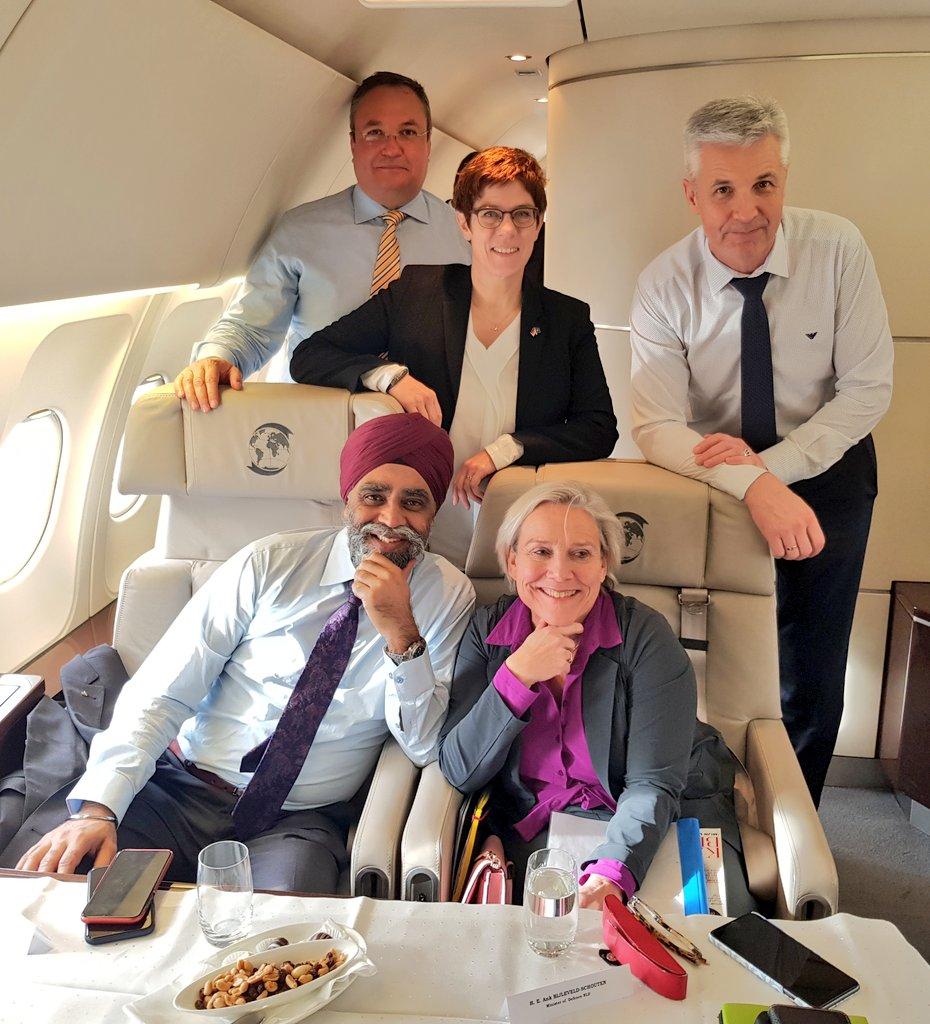Ministerielle Reisegruppe: Verteidigungsministerin Kramp-Karrenbauer @akk nimmt ihre Kolleg*innen  @HarjitSajjan aus Kanada, @MinBijleveld aus den Niederlanden, @Pabriks aus Lettland und @NicolaeCiuca  aus Rumänien im Airbus der Flugbereitschaft mit zur @MunSecConf.