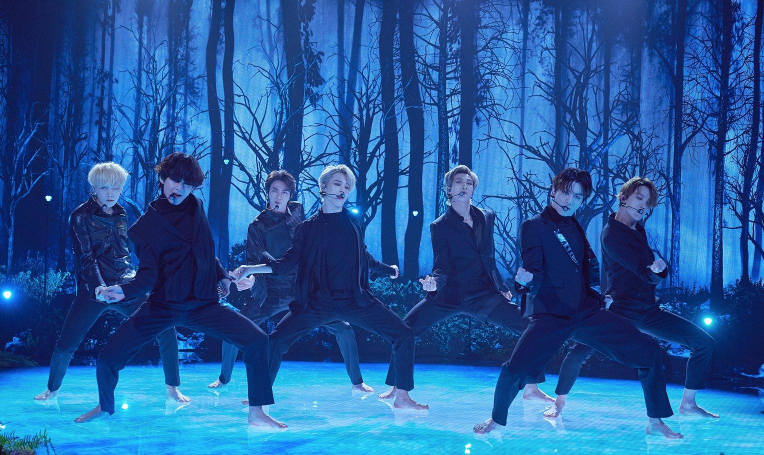 BTS Menampilkan Black Swan Secara Live Pertama Kali di TV Show Terkenal Amerika Serikat The Late Late Show with James Corden
