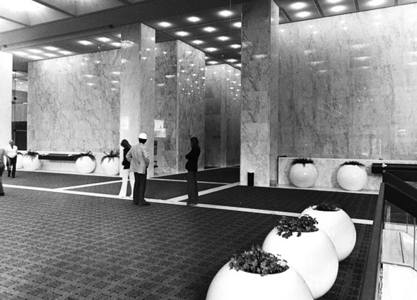 @FirstCanadianPl in 1975/1976 - Look at the lobby! #throwbackthursday #oldiebutgoldie @MyTOFDpic.twitter.com/0hhwwAazb1