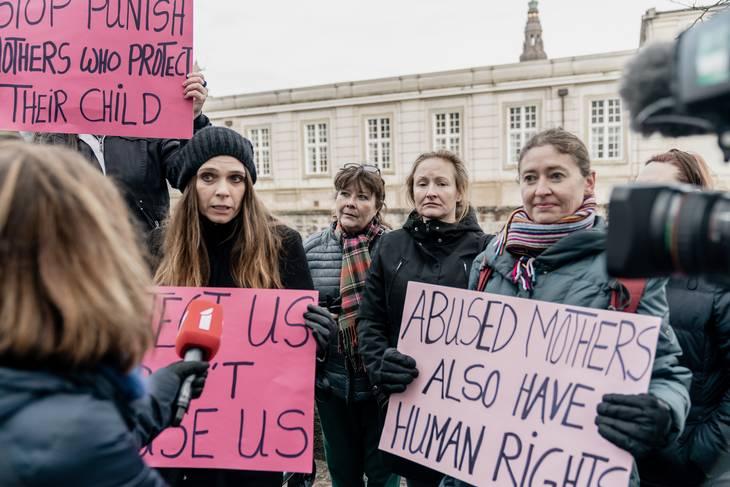 Frygten for at miste sine børn til en voldsudøver har efterhånden afstedkommet en undertrykkelse af børn og mødre, hvor selv mødre og børn, der åbenlyst udsættes for vold, ikke tør sige noget til de danske myndigheder. Derfor tog vi til demonstration i tirsdags. @familieretshus pic.twitter.com/ReBgO6YYUq