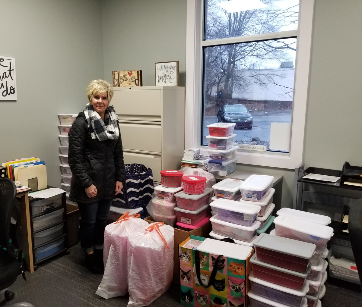 #ThankfulThursday post for #WomenUnited's #ValentinesDay Shoebox Project. Thank you to all the volunteers involved-150 shoeboxes of kindness were donated! The shoeboxes will go to single moms at Pocono Services for Families and Children #LiveUnited #PoconoProud #WomenUnited pic.twitter.com/fwZBVUCA8n