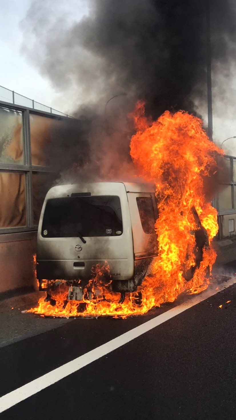 横浜青葉IC出口で軽バンが炎上している画像