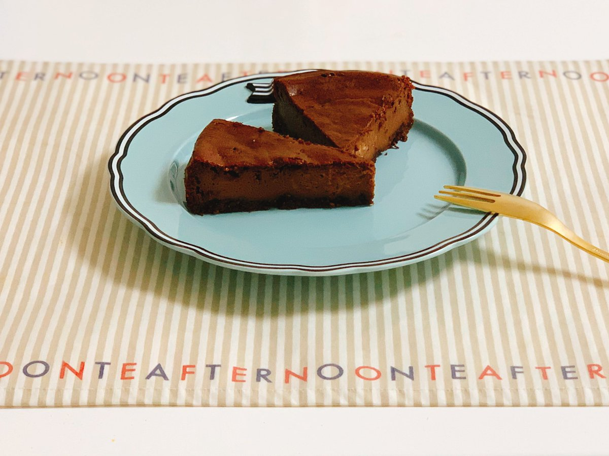 水切りヨーグルトのチョコレートケーキできた〜٩(*´︶`*)۶💕朝からキッチンがチョコレートのいい匂い(๑ ˊ͈ ᐞ ˋ͈ )お借りしたレシピ → チョコレート効果使ったり、オレオを普通のクッキーにしたり、ほんの気持ちだけ糖質控えめにしてみました🍫#バレンタイン