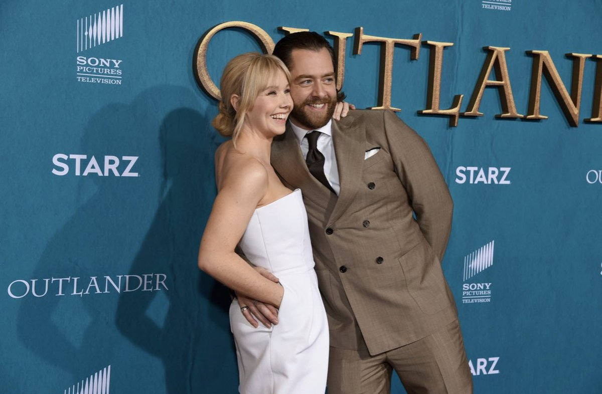 Are they the Fraser in-laws or out-laws?  @LlaurenLyle & @RikRankin  #RogerMac & #MarsaliFraser together for the #OutlanderSeason5Premiere and looking delicious 😍  Credit to @FFASiteTweets for this wonderful photo