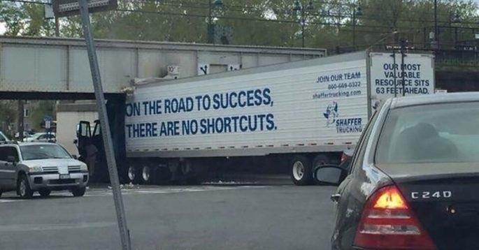 近道しようとして事故った「成功への道程にショートカットは無い」と大きく書かれたトレーラー