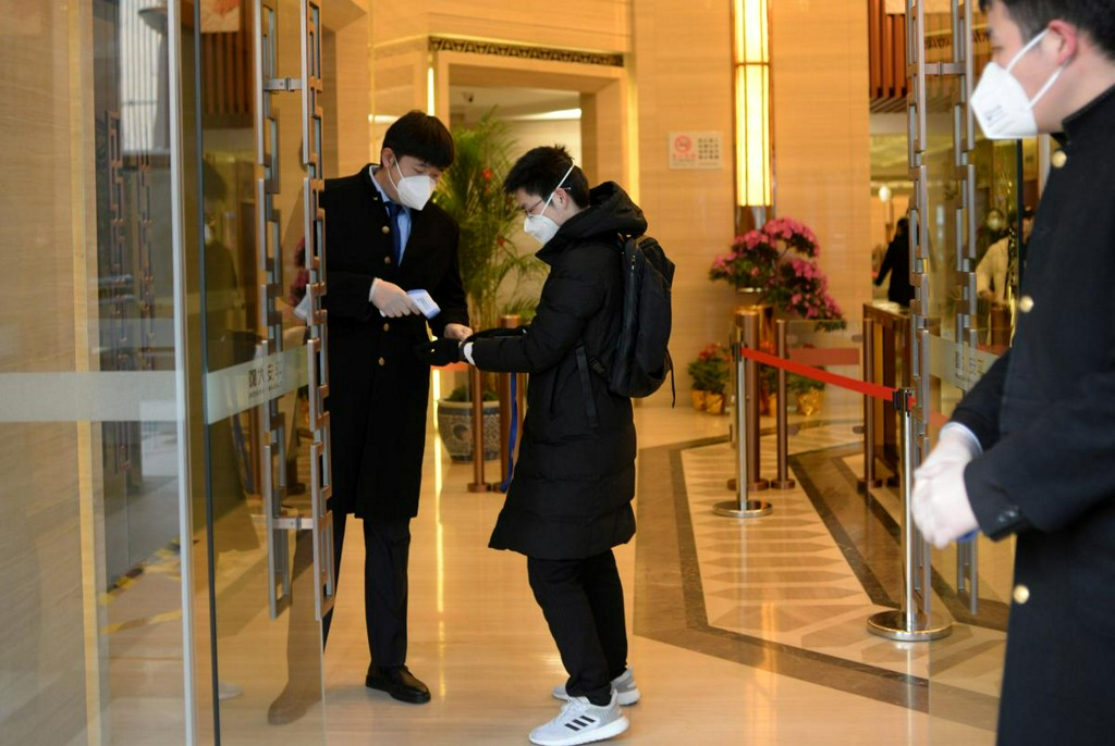 Solo lunches and masks: Chinese returning to work grapple with coronavirus https://t.co/EihW8ljVMW https://t.co/VaKSnWmDpw