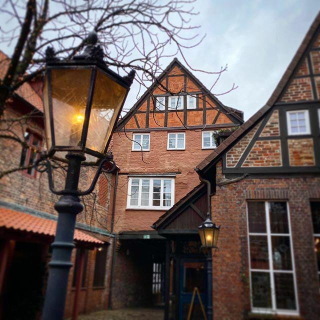 Lüneburger Hinterhöfe. . . . #Lüneburg #Altstadt #Salzstadt #Lüneburgcity #Hansestadt #HansestadtLüneburg #saltcity #meinLüneburg #meinNiedersachsen #shotoniphone #smartphonephotograpy #phoneography #fachwerk #altstadtliebe #lüneliebe #salzstadt https://ift.tt/2SqnjFLpic.twitter.com/d1hKXdhORB