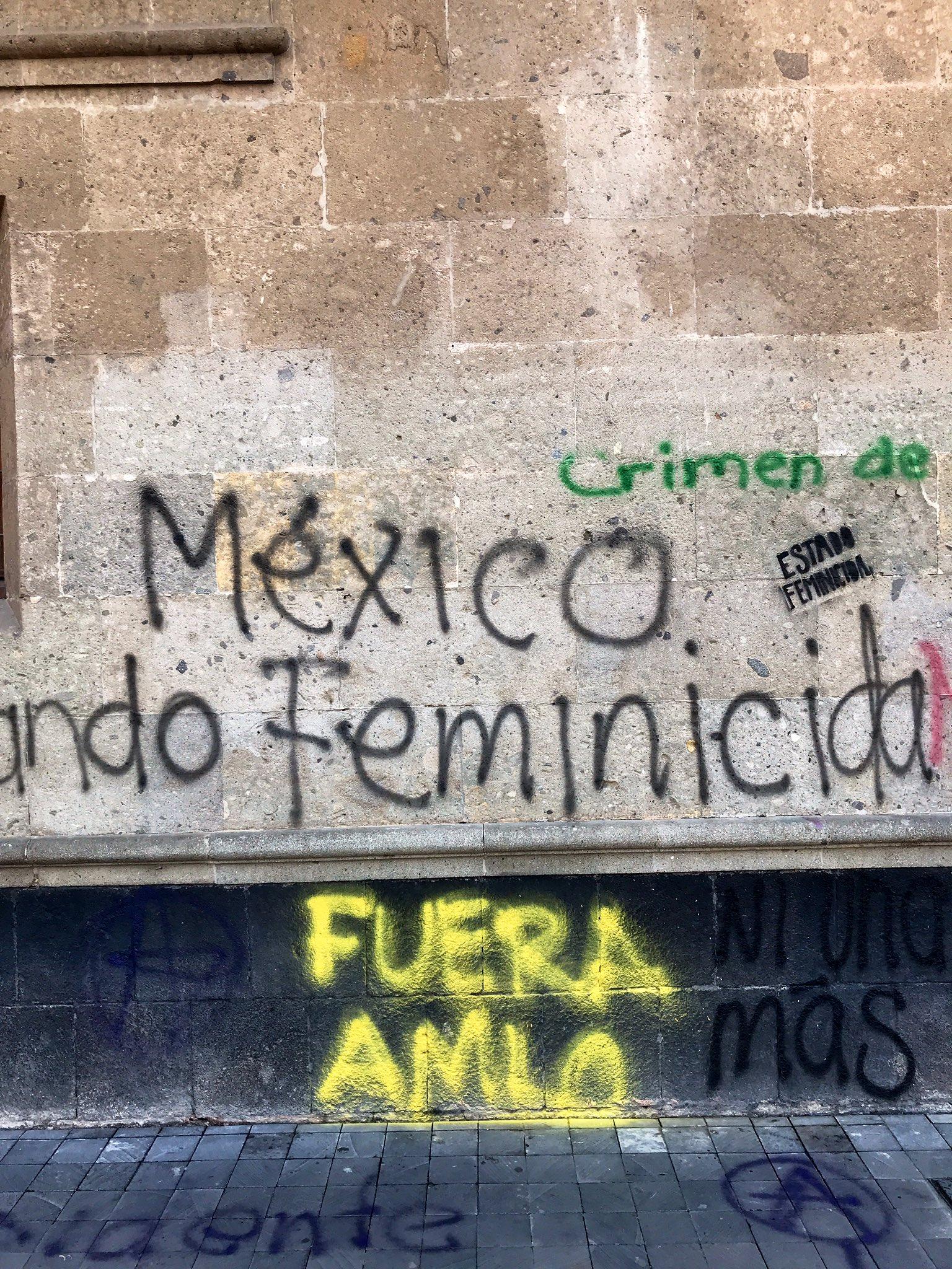 AMLO pide a feministas no rayar monumentos