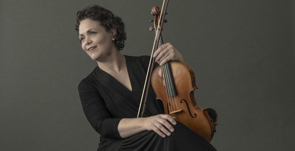 """Si parlem de la viola hem de citar la solista alemanya, Tabea Zimmermann. Gran difusora del repertori del segle XX, avui a l'""""I tu, què escoltes?"""" descobrim quina és la seva música preferida  📻https://www.ccma.cat/catradio/catalunya-musica/…"""