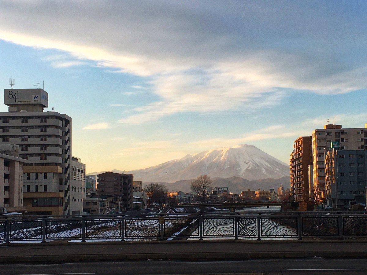 旭橋からの北上川と雲と岩手山♪ 橋の欄干の模様とシンクロしてるようで何とも良い感じ! #iwate #morioka #岩手山 #北上川