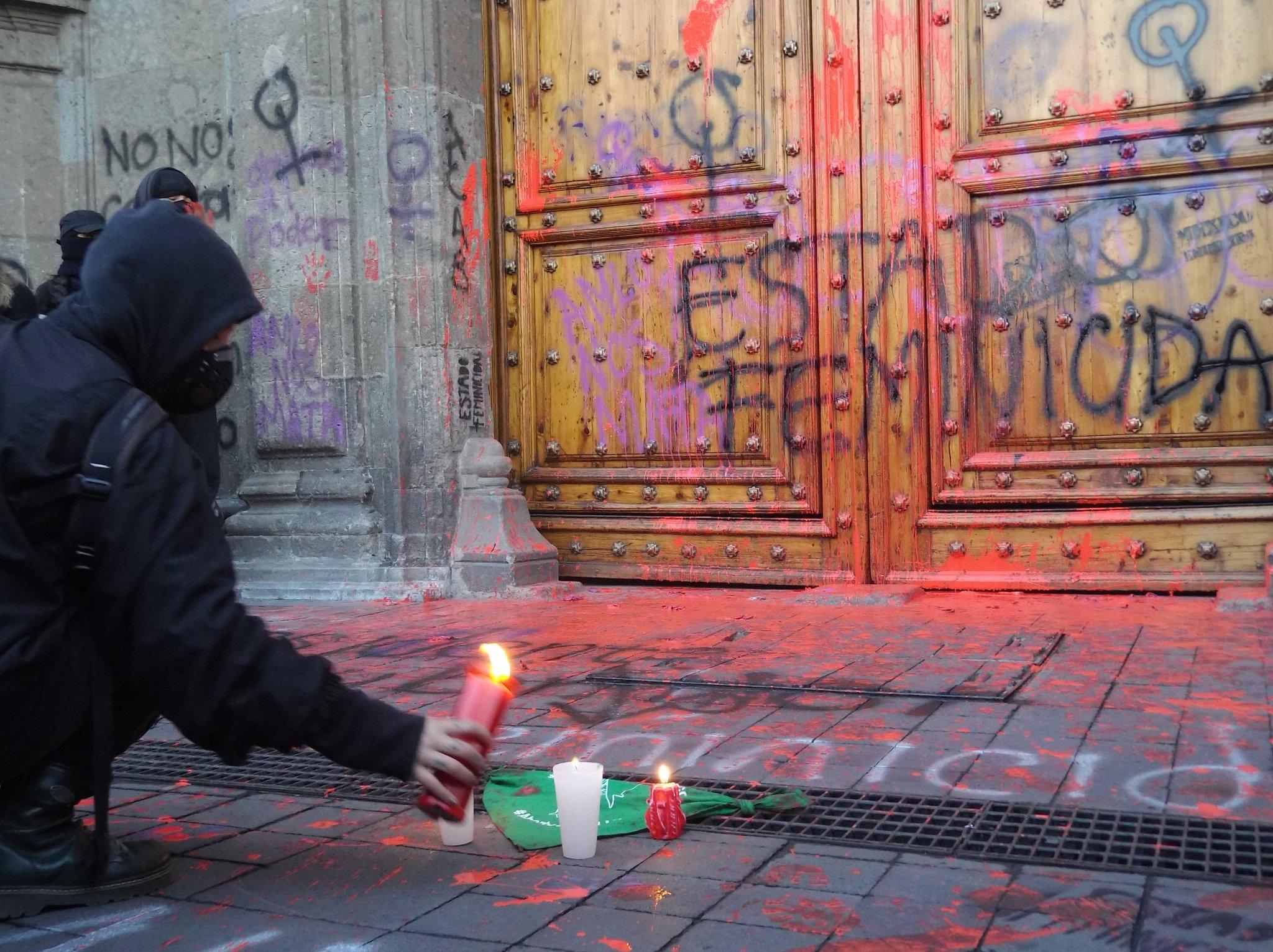 Ingrid Escamilla: mujeres pintan monumentos