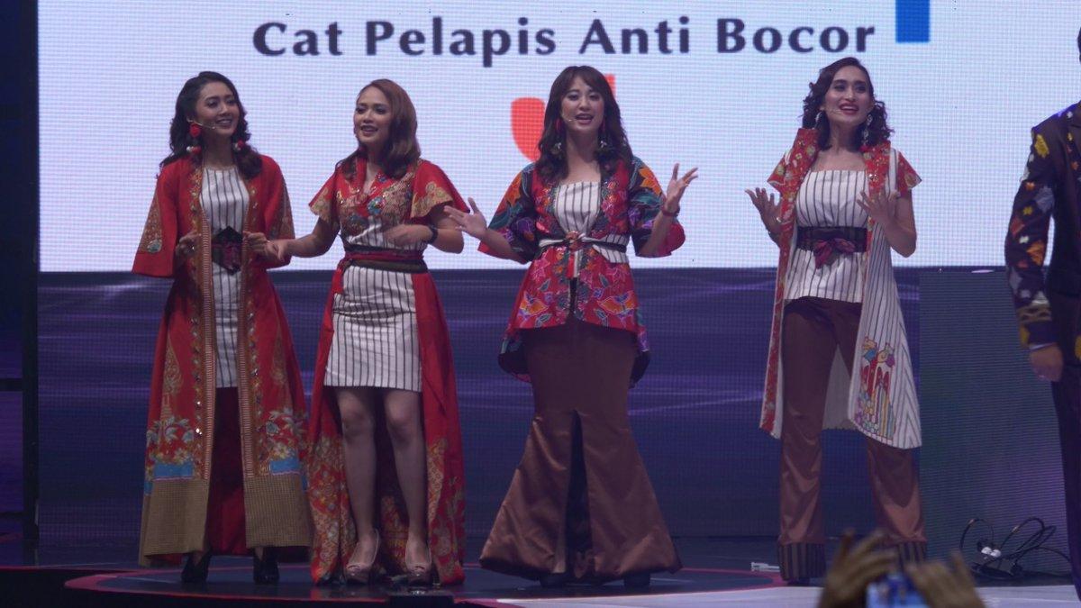 Para presenter dan jurnalis tvOne  memberikan penampilan yang berbeda dengan menampilkan pagelaran lagu-lagu mashed up. #12TahuntvOne #BersamaUntukMaju