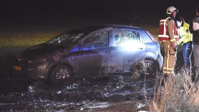 Auto belandt in weiland: Op de Hullen bij Noord-Sleen is vrijdagavond een automobilist met zijn voertuig in een weiland terechtgekomen.