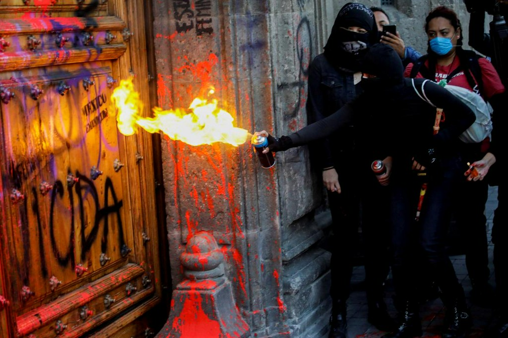 in-mexico-activists-splash-presidential-palace-red-protesting-womens-murders Photo