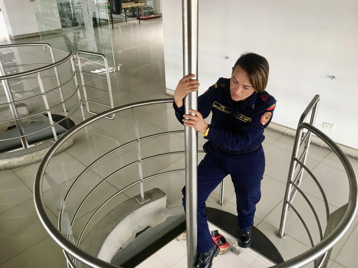 Muchos creen que el tubo de las estaciones de Bomberos sólo se ve en películas... Pero la realidad es que está en todas las estaciones de Bomberos para facilitar la respuesta rápida de nuestros uniformados.