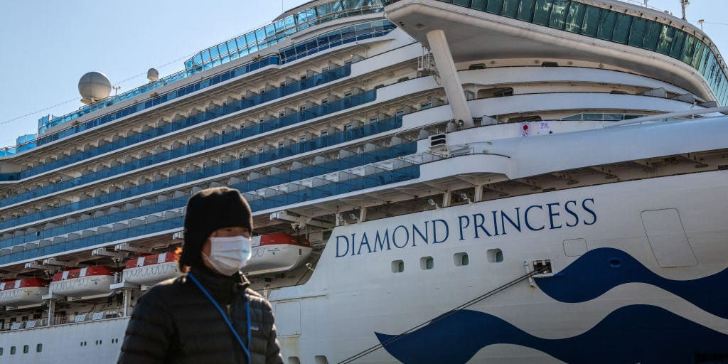 2000-iphones-given-to-passengers-on-coronavirus-hit-cruise-ship-near-japan Photo