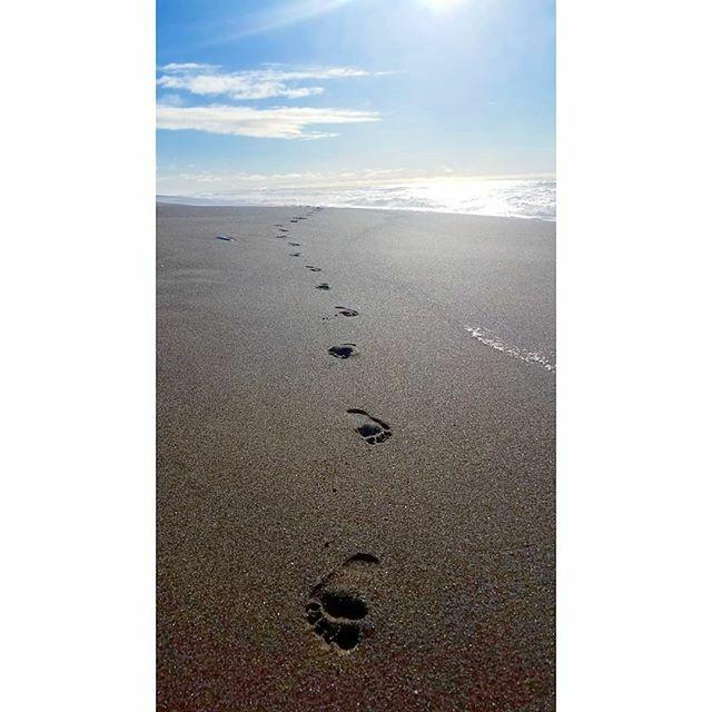 Beach run #barefoot #sandbetweenmytoes #footprints . . . . . #beach #beachrun #beachrunning #sand #run #runner #trailrunner #running #trail #trailrunning #irunthisbody #runnersheal #ihavearunnersbody  #barefootrunner #letsrun  #RoadToRecovery #injury #he…