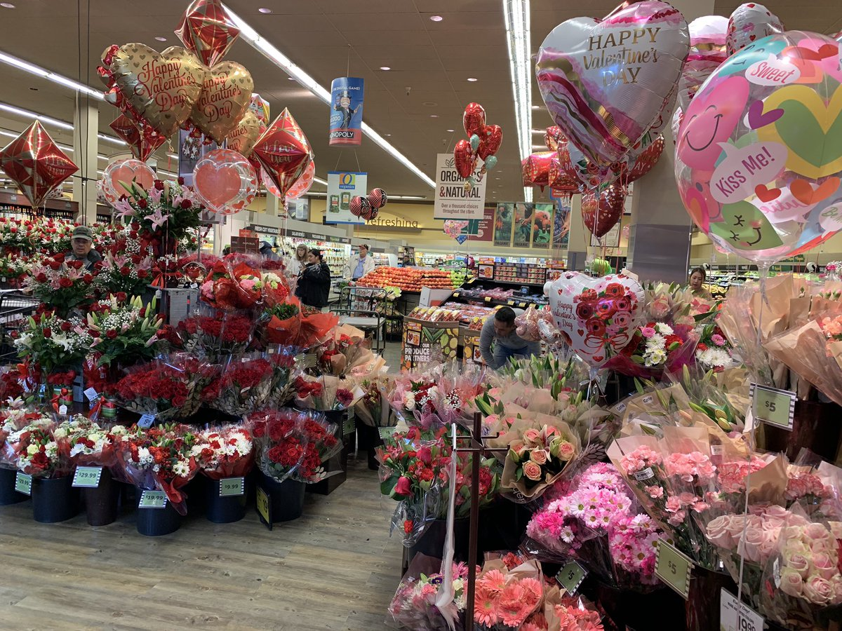 This Valentine's Day display at Safeway makes me 😊!! Hope everyone has a lovely day filled with happiness and friendship! Feliz día del amor y la amistad! 💕