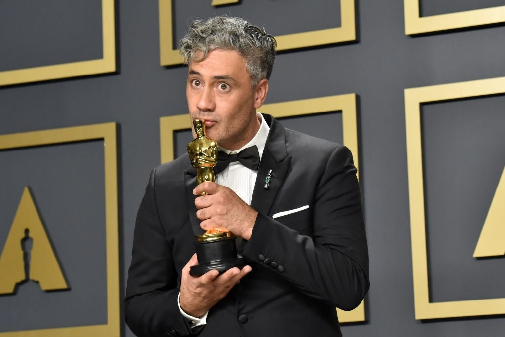 Taika Waititi is celebrating #ValentinesDay with himself and his #AcademyAward and it's definitely a big mood:  https://t.co/HgOkDeVGUH https://t.co/n2Eg7Xm0vK