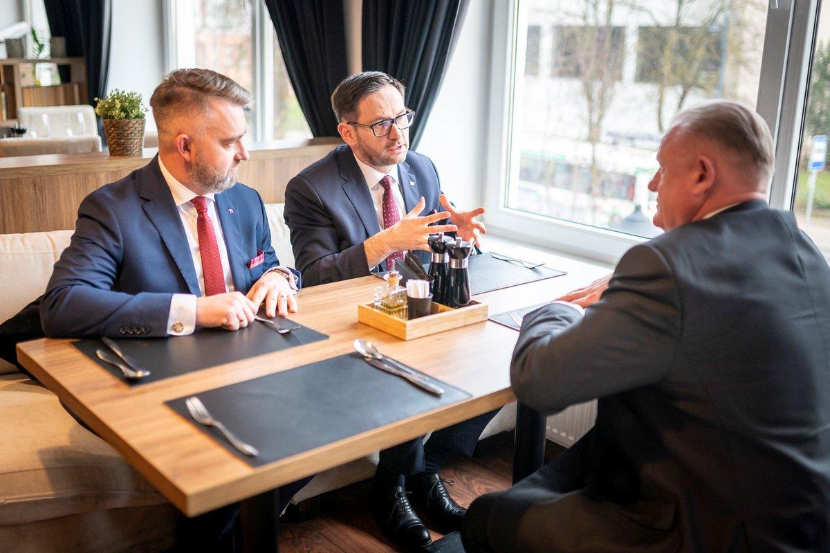 Zwiększamy bezpieczeństwo logistyki na 🇱🇹 Po 12 latach ruszy transport produktów z rafinerii w Możejkach krótszą trasą na Łotwę i Estonię. Odbudowa i uruchomienie torów do Renge oraz zacieśnianie relacji z @LTGelezinkeliai to efekt ocieplenia stosunków PL-LT na szczeblu rządowym