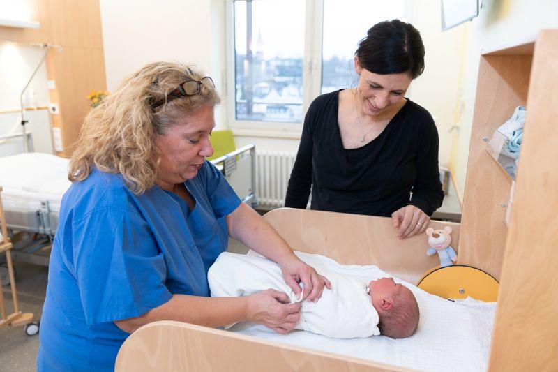 Frankenberg(pm).  Das Kreiskrankenhaus Frankenberg wird seit der Schließung der Geburtshilfen in Biedenkopf und Wehrda zum Anziehungspunkt für werdende Eltern aus dem Landkreis Marburg-Biedenkopf, zudem fahren viele aus dem Hochsauerlandkreis oder  #Frank https://www.eder-dampfradio.de/blog/2020/02/15/geburtshilfe-floriert-auch-in-2020-im-kreiskrankenhaus-frankenberg/…pic.twitter.com/th3cYOgVIi