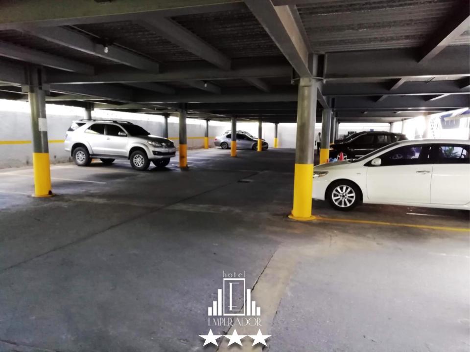 Amplio y seguro estacionamiento y vigilancia privada hacen de su estadía un lugar para descansar y estar tranquilo en la ciudad de Valencia. ... #hotelemperadorv #hotel #valenciavzla #carabobo #venezuela #booking #travel #travelingpic.twitter.com/KLaTN07dqc
