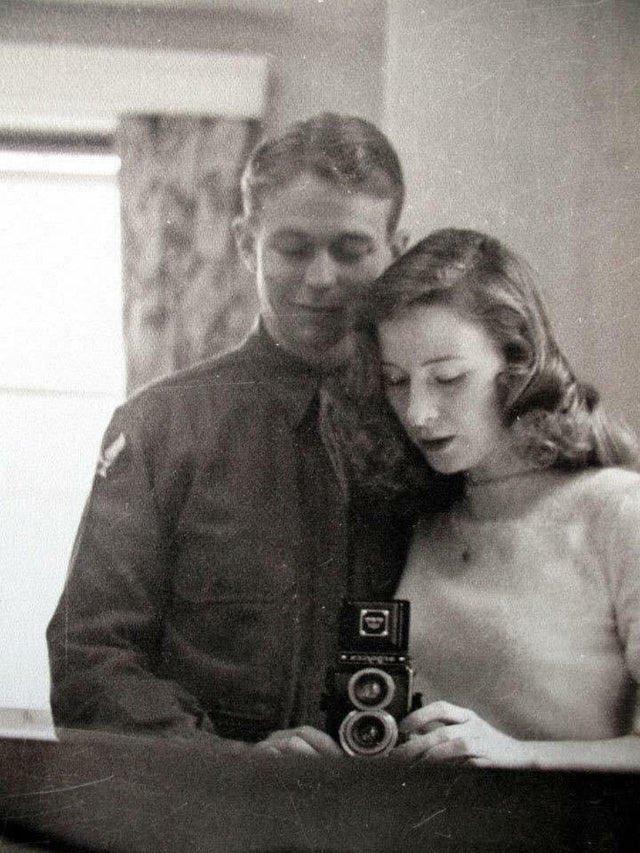 戦時中のカップルの自撮りだって🦢🛁現代とやること変わらないんだなぁ...