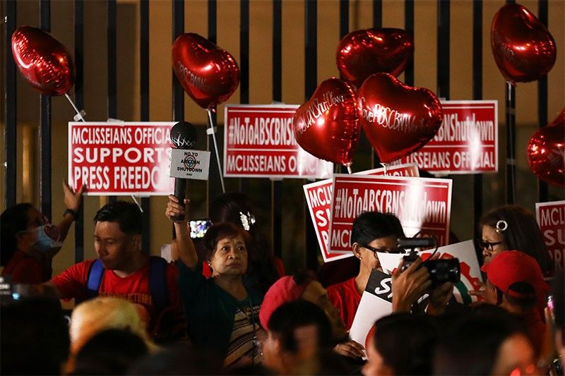 Hundreds show love for ABS-CBN in Valentine's Day protest for franchise renewal http://bit.ly/2OQoyvJpic.twitter.com/7GfpzDtqmU