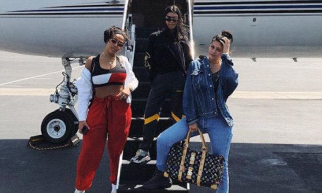 Kylie and Kourtney Kardashian Ride a PRIVATE PLANE to Coachella! http://bit.ly/2T10XJq #Coachella #KourtneyKardashian #KylieJennerpic.twitter.com/gDD7heV7XN