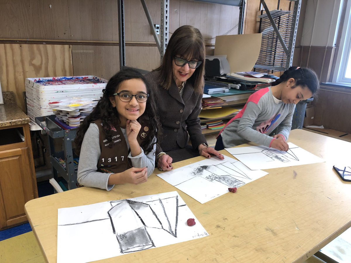 A big THANK YOU to Dr. Kanas for joining our drawing class this afternoon! #ewlearns #charcoal #drawing #stilllife #arted #elementaryart #shading @jjcoyne63pic.twitter.com/x0LjFwGcHE