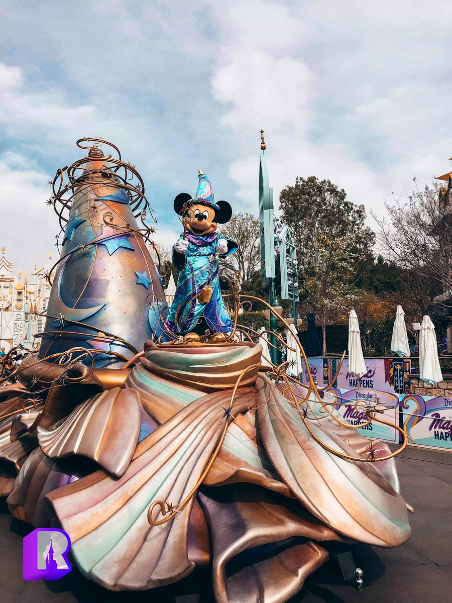 "Photos: ""Magic Happens"" Parade soft opening premiere at Disneyland! 1/3<br>http://pic.twitter.com/T6q26rtOVY"