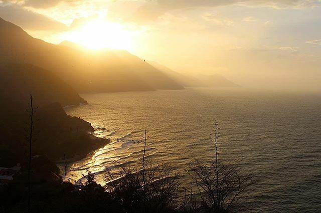 La combinación perfecta, sol, olas y montaña! La hora dorada en el paraíso. Alex Jesús Cabello Leiva © #sunset #golden #mountain #sea #igvenezuela