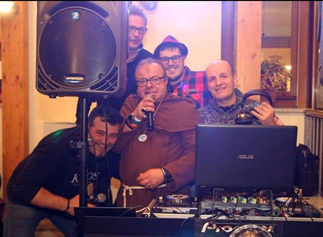 LA GRANDE FESTA ALLA TRATTORIA DAMI' SABATO SERA . APERIPIZZA IN MASCHERA. CON IL NUMERO UNO DEI DJ SUMBI.( GABRI COLO' DJ RICKY DE VOICE DAVIDINO DJ E CON LA PARTECIPAZIONE STRAORDINARIA DI ORESTE DJ DI RADIO MUGELLO.) GRAZIE PER LA GRANDE PARTECIPAZIONE. ALLA PROSSIMA??? pic.twitter.com/dbSsZsSJSE