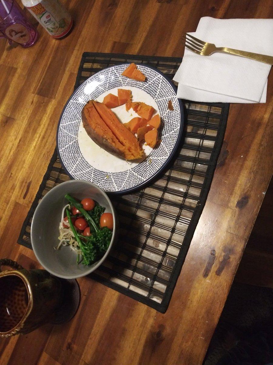 My dinner from last night big ol sweet potato with some veggies. #healthylifestyle #healthlife #blessed #fitnessjourney #fitnessgirl pic.twitter.com/wxeCZdNTKb