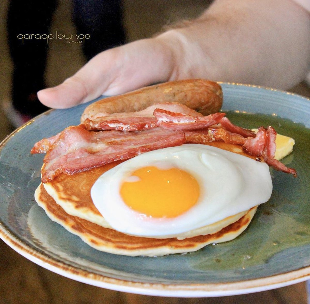 Friday Motivation 🇺🇸🥓🥞 THE AMERICAN BREAKFAST 🇺🇸🥓🥞 Treat yourself to the ultimate morning. Pancakes, streaky bacon, sausage, fried egg, butter & maple syrup. 🤤🤤 #friday #american #sausage #fresh #bacon #work #eggs #poached #cafe #breakfast #spinach #brunch #lunch