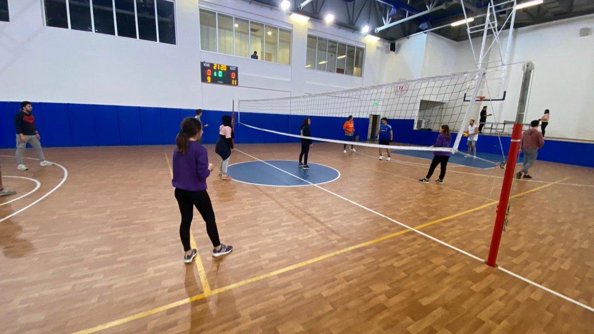 Gençlik Liderimiz Osman Kurşun ve genç gönüllülerimiz voleybol maçı yaptık, haftanın stresini attık.  #GücümüzGençliğimiz  #GençGönüllü  #GençlikSpordapic.twitter.com/EzNwSpoInD
