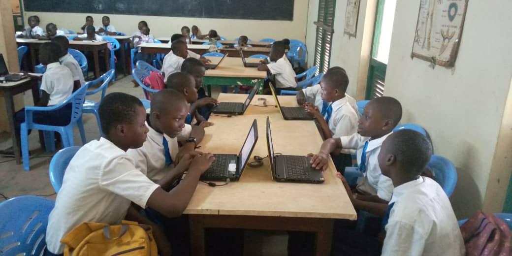 Première session d'initiation à la programmation informatique au collège catholique de jeune filles Enfant Jésus de Gagnoa dans la région du Goh. #TIC4Ed, #Scratch, #AppInventor, #Robot, #Thymio.