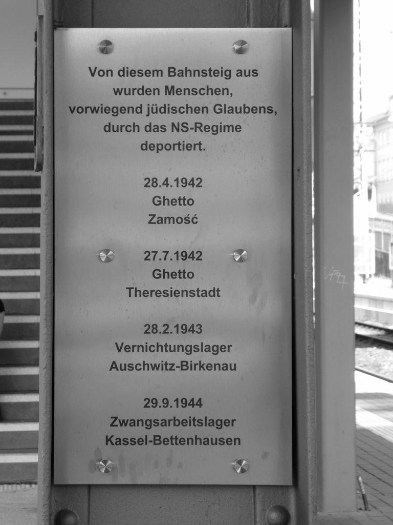 #Siegen: #Deportation vor 77 Jahren: http://www.siwiarchiv.de/siegen-deportation-vor-77-jahren/… #otd #ontisday #oralhistorypic.twitter.com/GsRH5pQOWH
