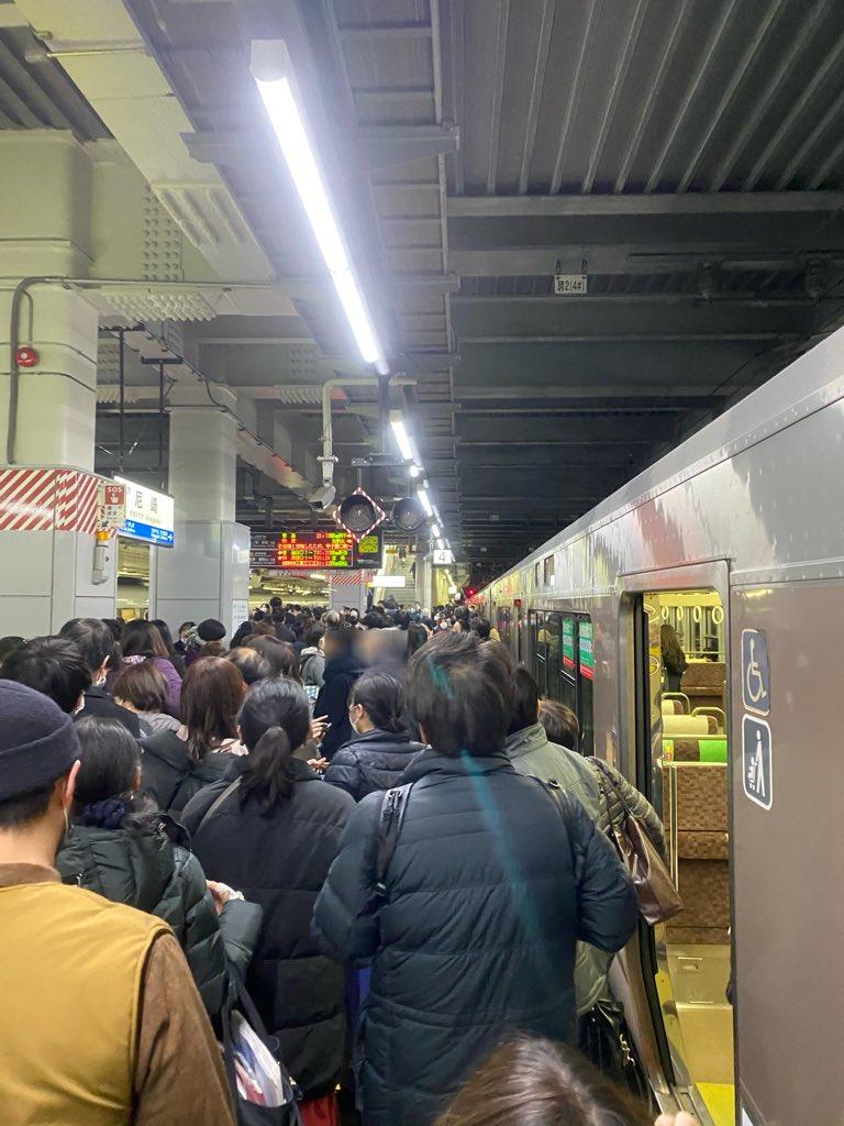 神戸線の西宮駅の人身事故で混雑している画像