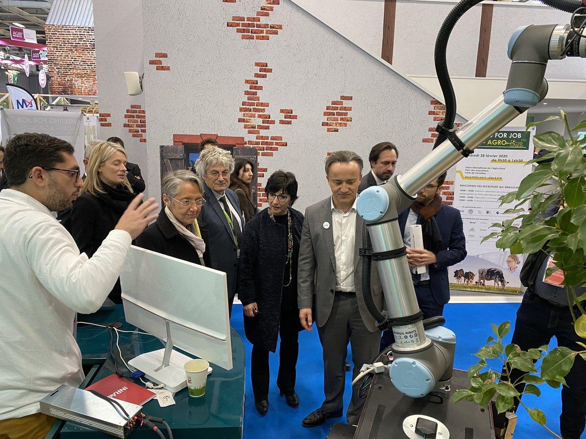 Simon présente les travaux de l'équipe #ROMEA #TSCF @INRAE_Clermont à la ministre @Elisabeth_Borne en présence de @PhMauguin. #robot #agriculture #environnement #sol